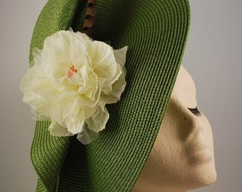 MEIGA 5: base of straw green organza flower and pheasant feather