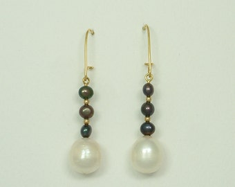 Gold Hanging Earrings with White and Black Pearls (Χρυσά Κρεμαστά Σκουλαρίκια με Λευκά και Μαύρα Μαργαριτάρια)