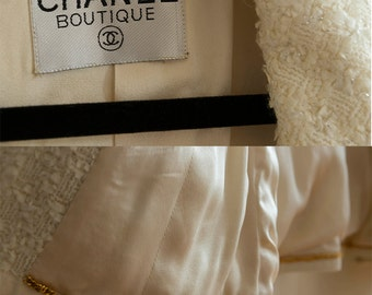 Stunning CHANEL  Traditional White Tweed Woman's Suit with tinsel. Guaranteed Authentic, Boucle