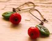 Red Poppy Ohrringe - Tschechische Glas Blume - rot und grün türkis baumelt