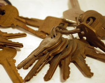 lot of 31 vintage keys with toasted metal Jim Beam key chain fob