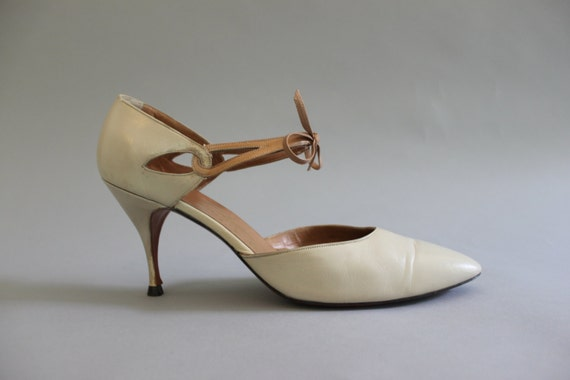 1960s Shoes / Vintage 60s Nude Bow Heels / Sixties Leather Cutout Heels