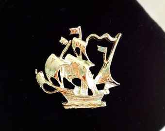 Vintage Gold Ship Brooch. Pirate Ship. Boat. Nautical. Beach. Ocean Lover. Gold Tone Metal. 1980s. Small Pin. Gifts for Her. Sailboat. Sails