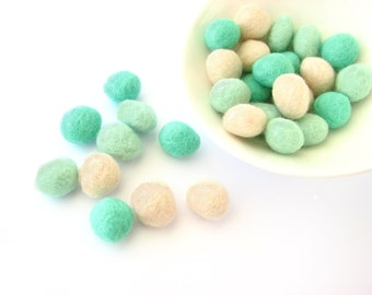 Mix of 30 felted wool rondelle beads / pebbles (mint, magic mint, cream). Perfect for decoration, jewelry