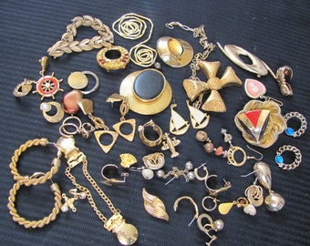 Huge Lot of Assorted Gold Plate Vintage Costume Brooch Earring Jewelry 40 Pieces