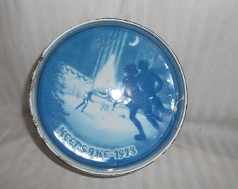 Vintage skaters evening round metal tin with lid ice skater scene keepsake 1978 candy tin storage container rusty shabby blue and white tin