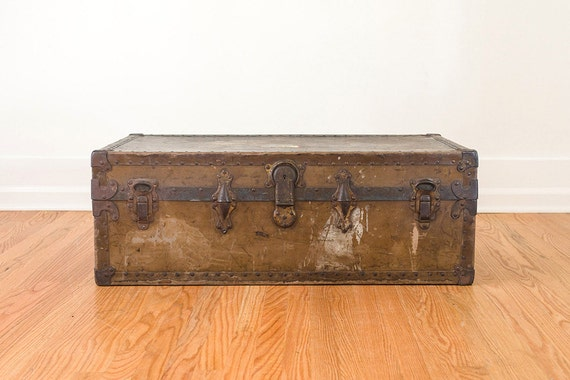 vintage distressed trunk coffee table. Black Bedroom Furniture Sets. Home Design Ideas