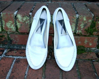 Vintage // White Leather Moccassins // Mootsies Tootsies size 7 // Hippie Flats Gypsy Shoes Woven