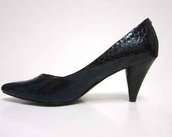 1980s Dark Blue Black Iridescent Metallic Faux Snakeskin Print Pointed Toe Pumps - Size 7M - Vegan