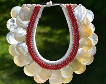 Mother of pearl gold-lip necklace with red beads