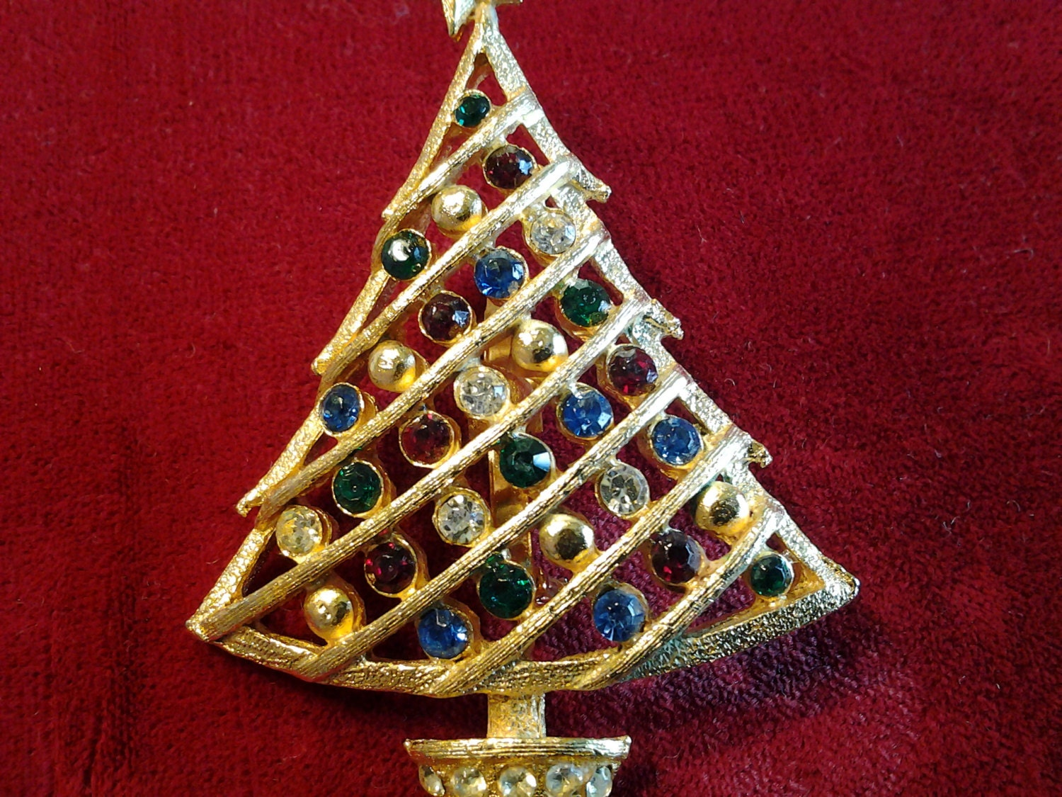 Apr 02, · Absolutely beautiful costume jewelry was used to form christmas tree shapes and then beautifully framed. When I saw these for the first time, I had to have one, but they were selling for $ and up. Now you must know that I am a huge fan of shopping Reviews: