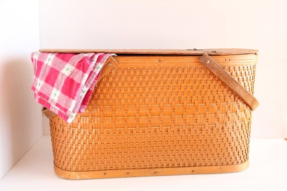 Picnic Basket Pie : Classic large woven picnic basket with pie by