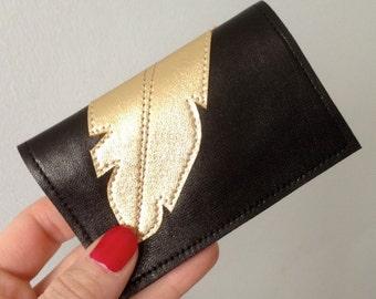 Porte-cartes 100% cuir Noir fait main orné d'une plume cuir Or doublure origami rouge détail doré sur le tissus