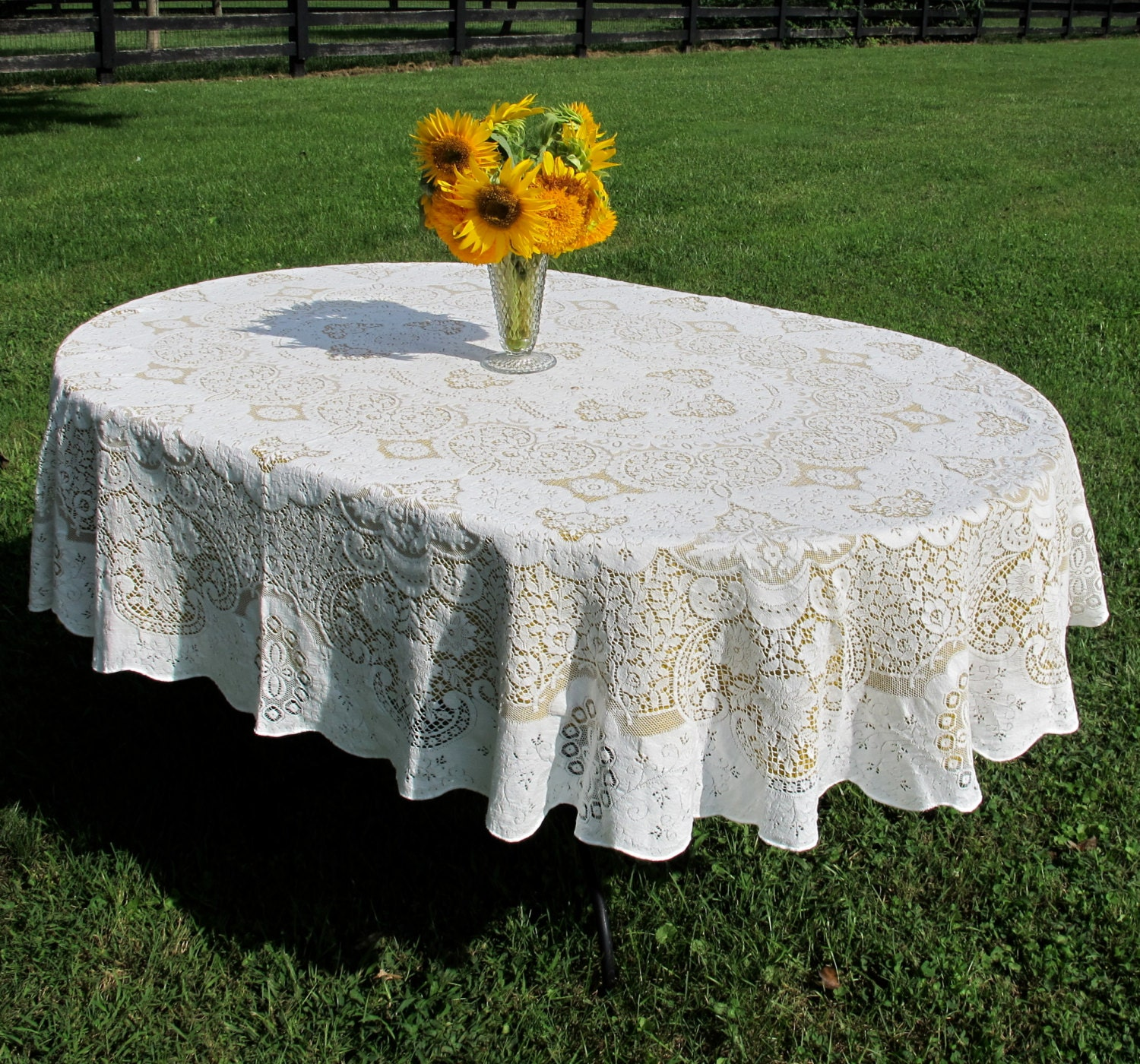 Lace Tablecloth: oval 60 x 76 off-white