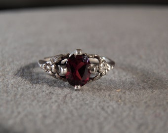 Vintage Sterling Silver Fashion Ring with Oval Faceted Garnet and Decorative Floral Setting, size 6       M
