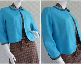 Intense blue turquoise bolero vintage jacket from the 60s.  Peter pan collar. 3/4 sleeve. Size S. Excellent vintage condition.