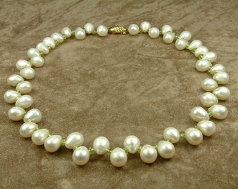 White Pearl Necklace with Peridot (Κολιέ με Λευκά Μαργαριτάρια και Περίδοτο)
