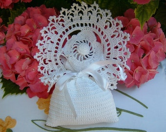 Wedding favor bag with crochet flower and finishing arches. Crochet wedding. White lace wedding favor.