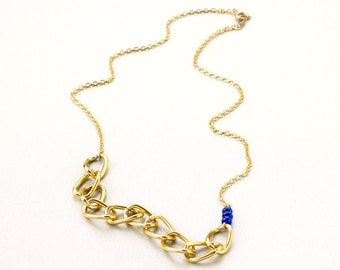 Short chain type chain necklace gold and blue detail