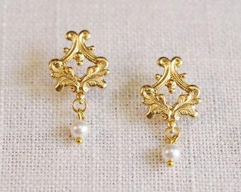 SALE . gold filigree earrings . pearl filigree earrings . vintage inspired jewelry . dangle pearl earrings . filigree stud earrings // VERS