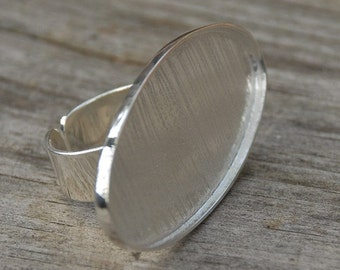 Oval Show Off Ring with a Twist