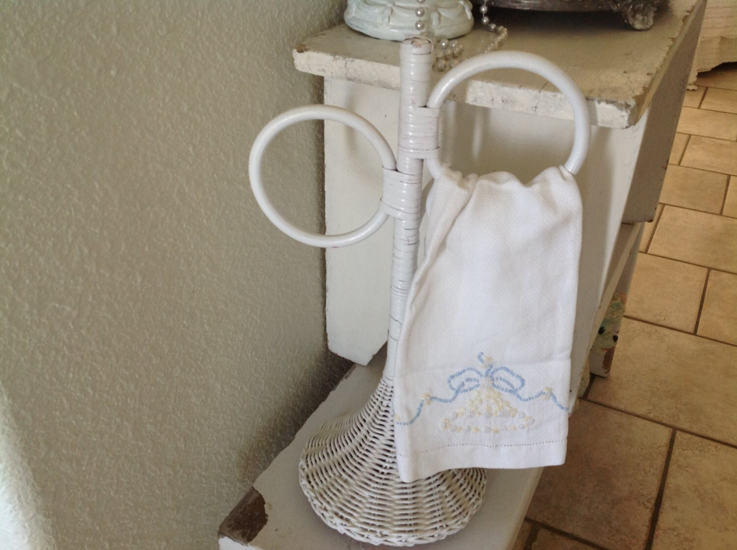 Vintage white wicker towel holder shabby by nanciesvintagenest for Shabby chic towel stand