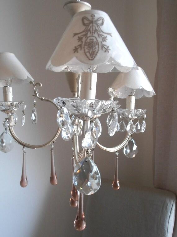Piccolo lampadario shabby chic tre luci color rosa e for Lampadario shabby chic