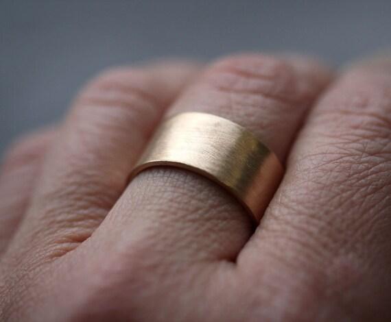 Goldring breit herren  Herren Gold Hochzeitsband 10 mm breit gebürstet flach 10k