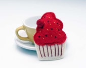 FINAL SALE Felt brooch in red & white. Felt fashion. Muffin, cake, sweet, heart. Romantic, Merry Christmas