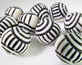 12 Vintage 15mm Black and White Carved Lucite Beads Bd1253