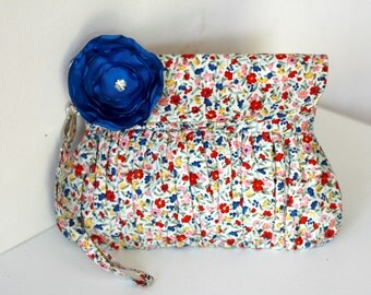 Clutch in floral print and navy blue satin flower