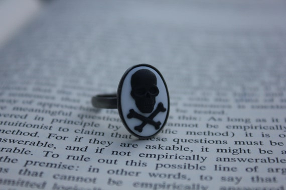 Black On White Skull & Crossbones Cameo Ring - Silver (Adjustable)