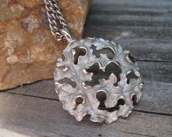 Vintage Silver Tone Round Leaf Pendant Necklace