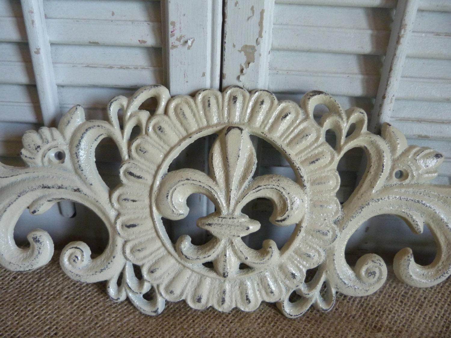 cottage chic iron wall decor ivory fleur de lis wall. Black Bedroom Furniture Sets. Home Design Ideas