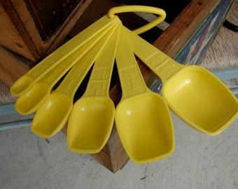 VintageTupperware Measuring Spoons In Yellow