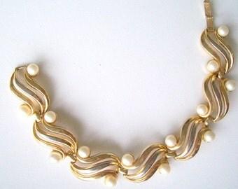 Vintage Bracelet Crown Trifari Pearl Goldtone 7 Inch
