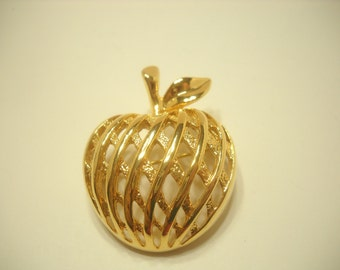 GOLD TONE APPLE Brooch (748)