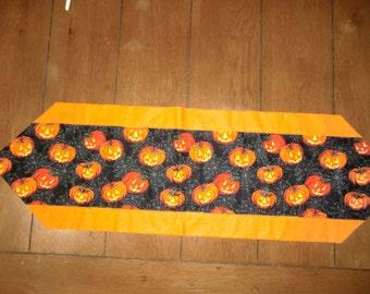 Table Runner - Halloween - Lots of Pumpkins/Orange Glitter Back