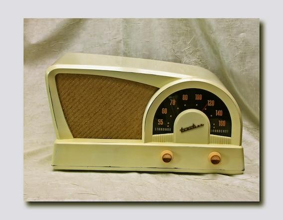 Truetone Western Auto Boomerang Style AM Table Radio c. 1950