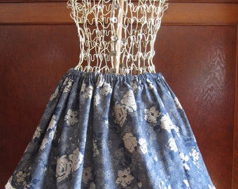 Classic Lolita skirt with an elastic in the waist.