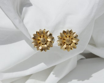 Vintage 1970s Sarah Coventry Flower Clip On Earrings // gold tone