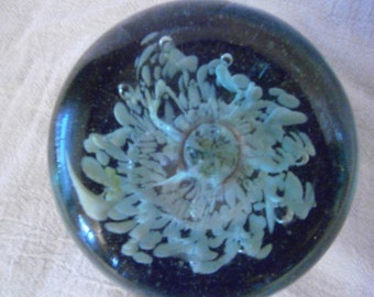 Paperweight Lt Grn & White