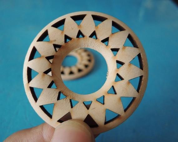 8Pcs  50mm  Hollow Cut Wood Round  Pendant No varinsh (W435)