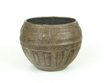 Antique Dhokra bowl from Orissa (no. 1) - Authentic and nicely detailed measuring bowl for rice