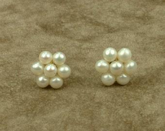 White Pearl Earrings (Σκουλαρίκια με Λευκά Μαργαριτάρια)