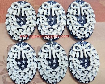25mm x 18mm Christmas holiday wreaths cameos white on dark blue background 6 pieces lot l