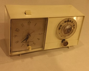 1962 General Electric Model C-410A White Tabletop Tube Clock Radio