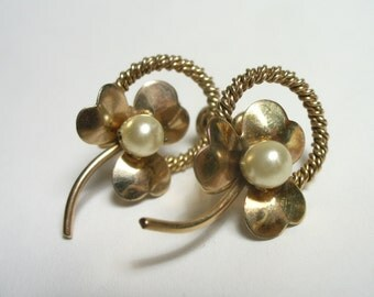 Vintage clover and pearl gold filled earrings - screw back - vintage costume jewelry