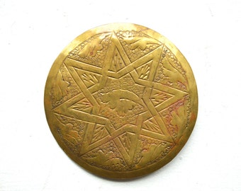 BEAUTIFUL Large Circular Hammer Forged & Etched Gold Tone Belt Buckle w/ Mystical 8-Sided 'Woven Star' and Bird in Flight
