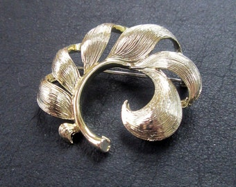 Sale - Lisner brooch, gold tone leaf brooch, vintage costume jewelry, 60s, chunky leaf brooch